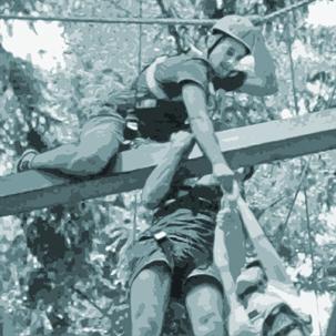 Outdoor-Teamtraining: Sich gegenseitig helfen und unterstützen
